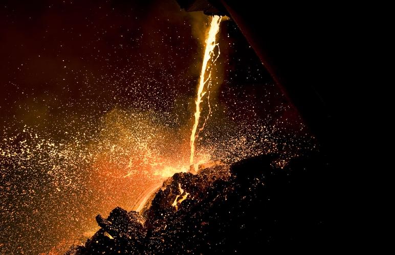 Flytende metall ved smelteverket i Sauda. (Foto: Kristian Jacobsen)